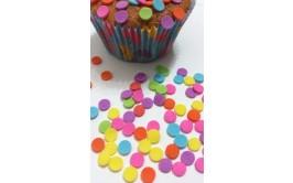 סוכריות בצורת דיסקיות צבעוניות לקישוט העוגה